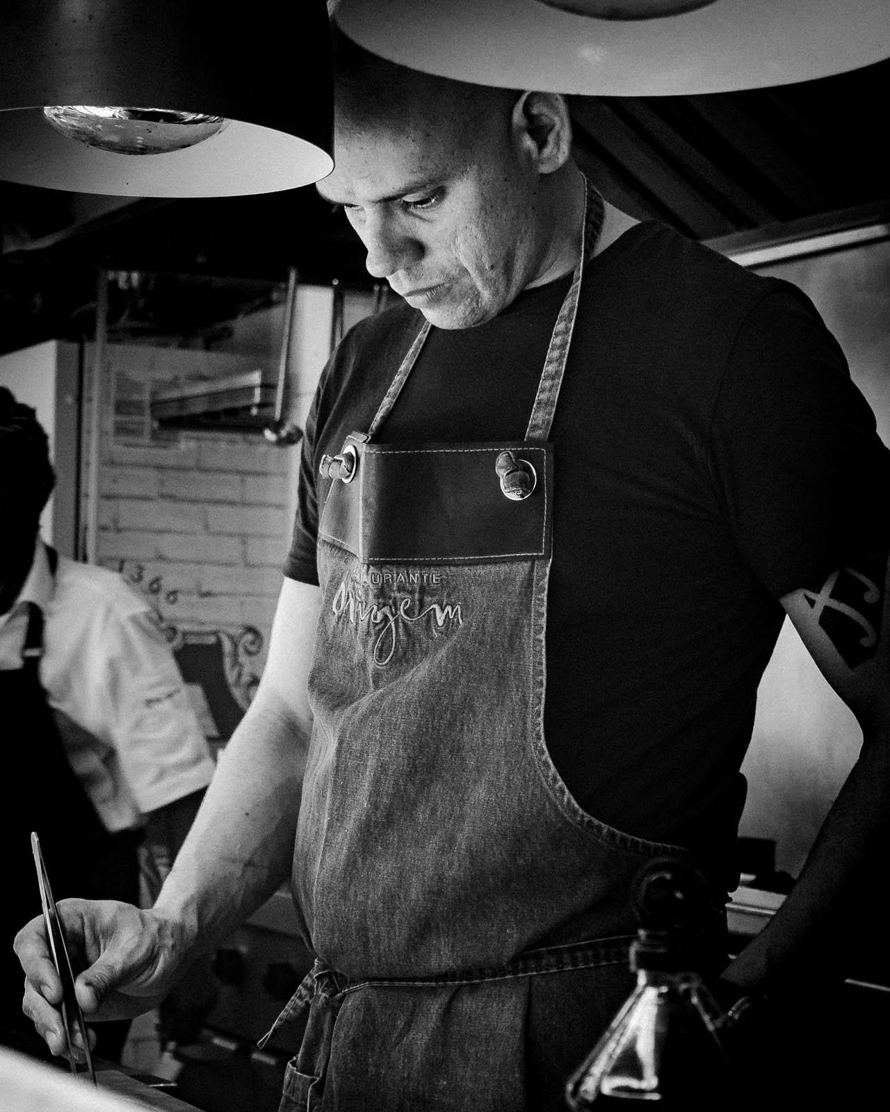 Um dos maiores chefs brasileiros dá expediente longe do eixo Rio/São Paulo. Na capital baiana, ele comanda o Origem, o Ori, além de um bar
