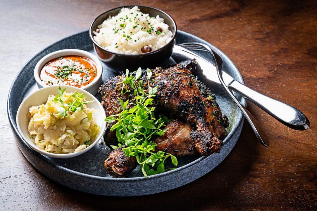 Kwame Onwuachi cita a relativamente recente independência das nações africanas como uma forma de não entender particularidades nacionais de cada uma delas na gastronomia