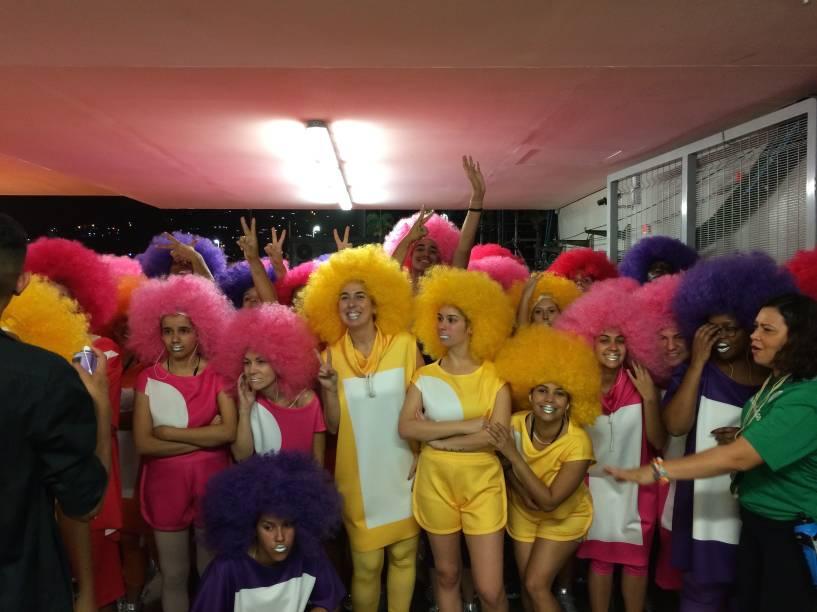 Mulheres aguardam para entrar na festa de abertura dos Jogos Olímpicos