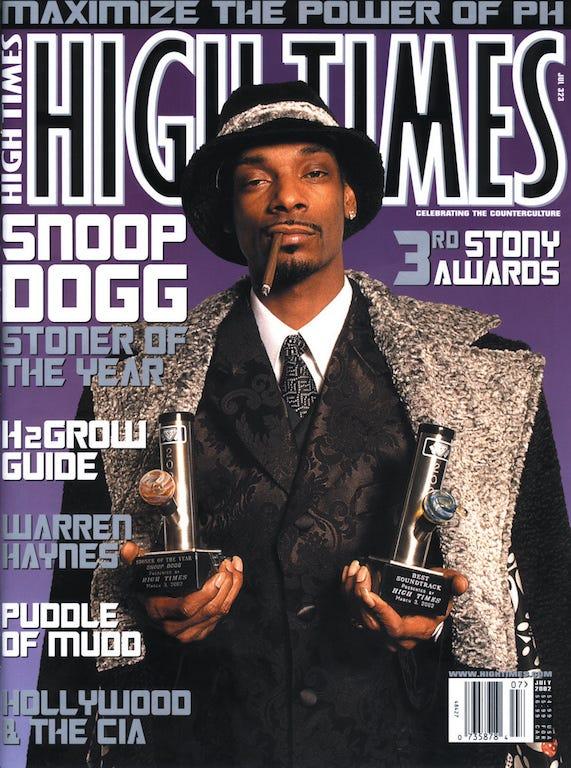 Eleito o maconheiro do ano pela High Times, Snoop Dogg vestiu 5001 Flavors na foto de capa da revista