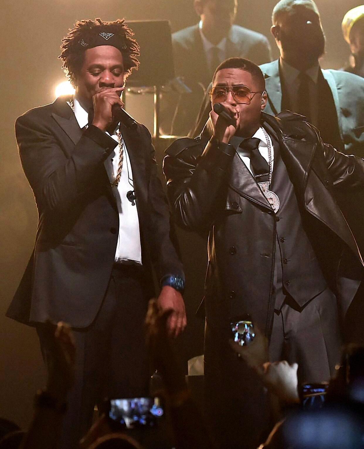 Entre os maiores figurões do hip-hop, Jay-Z e Nas dividem o palco com as criações de Guy Wood