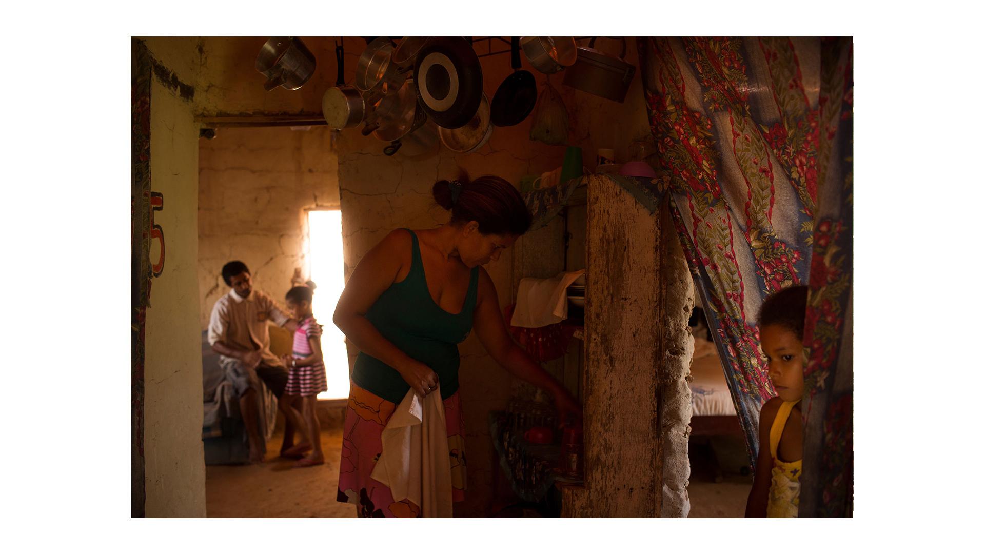 Bolsa Família em Junco do Maranhão: a família Ana Maria Amorim Conceição, 34, Daniel Amorim Conceição, 44, Danila, 8 anos (de amarelo) e Camila, 6 anos (de vestido listado).