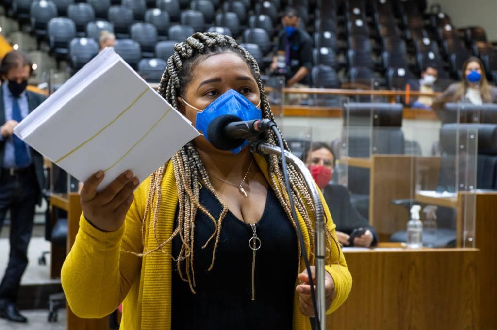 Movimentação de plenário. Vereadora Bruna Rodrigues no microfone de partes.