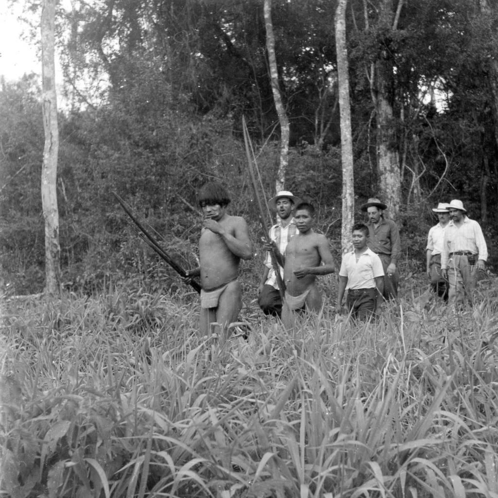 Família de Xetá com a equipe da 2º expedição científicas e de contato, novembro de 1955