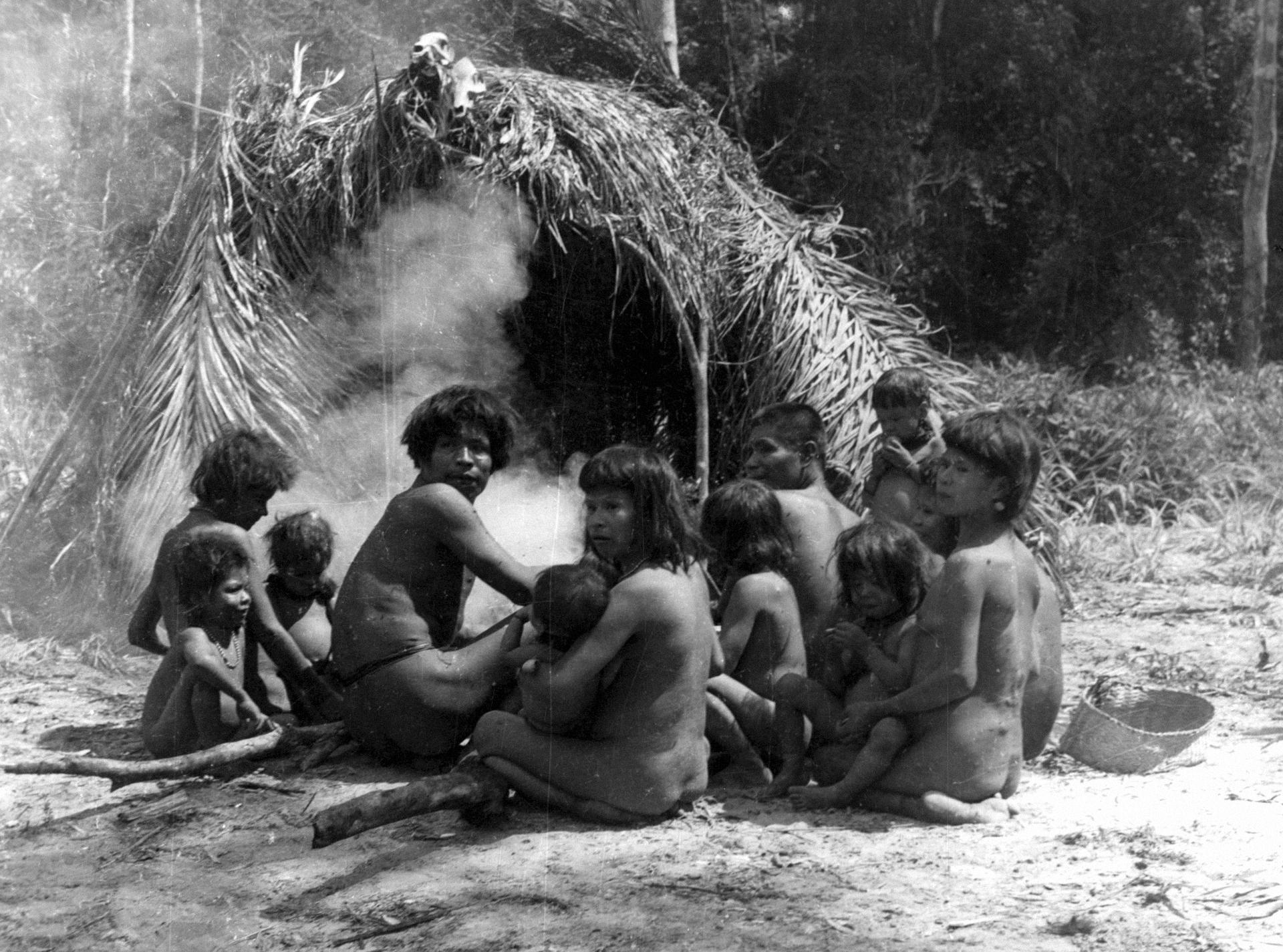 Grupo familiar em acampamento próximo a Fazenda Santa Rosa. 2º expedição científica e de contato, novembro de 1955