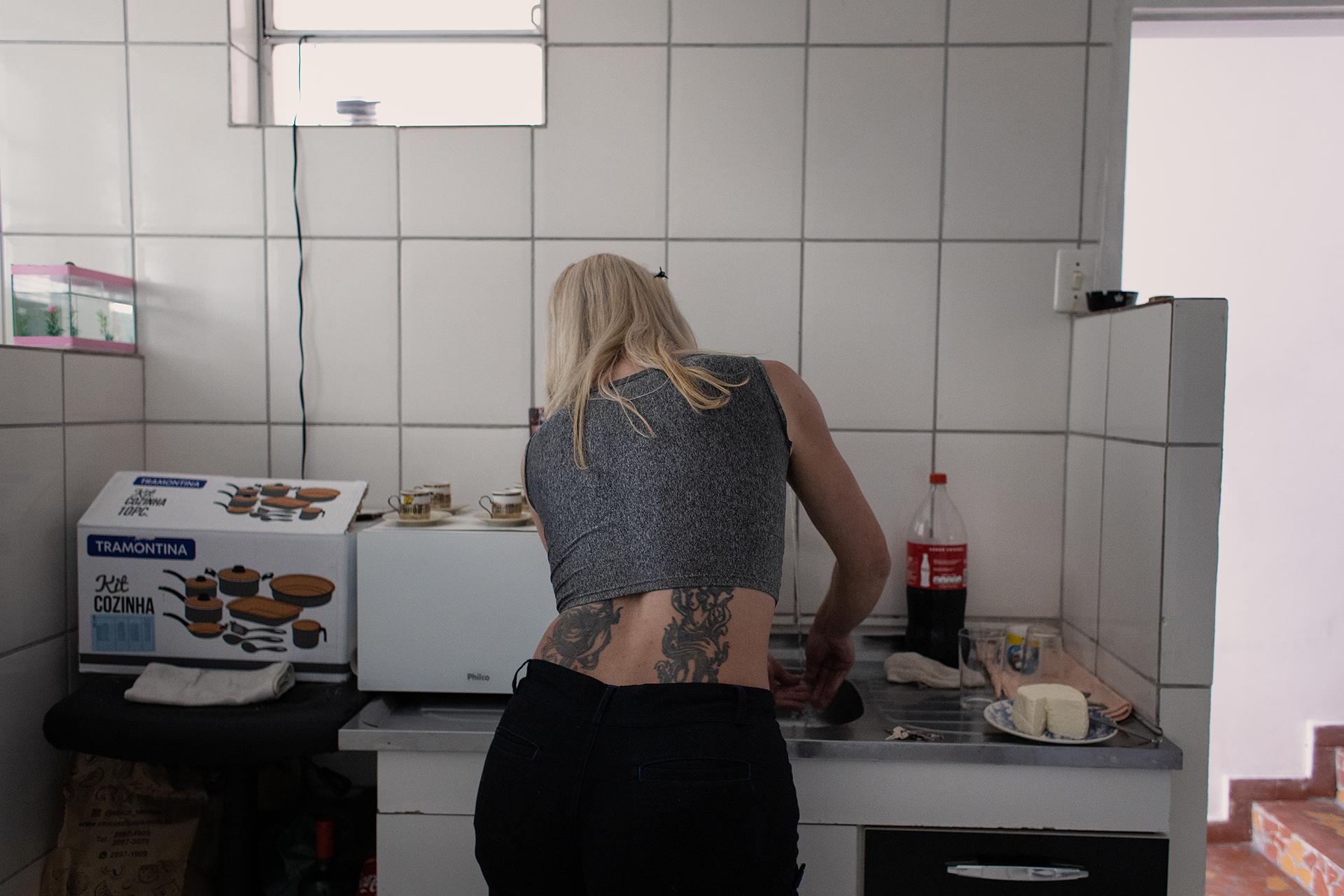 Aline lava a louça na cozinha de sua casa, na Zona norte de São Paulo. Ela gosta de manter a casa limpa e organizada, diariamente reserva um tempo do seu dia para os afazeres domésticos.