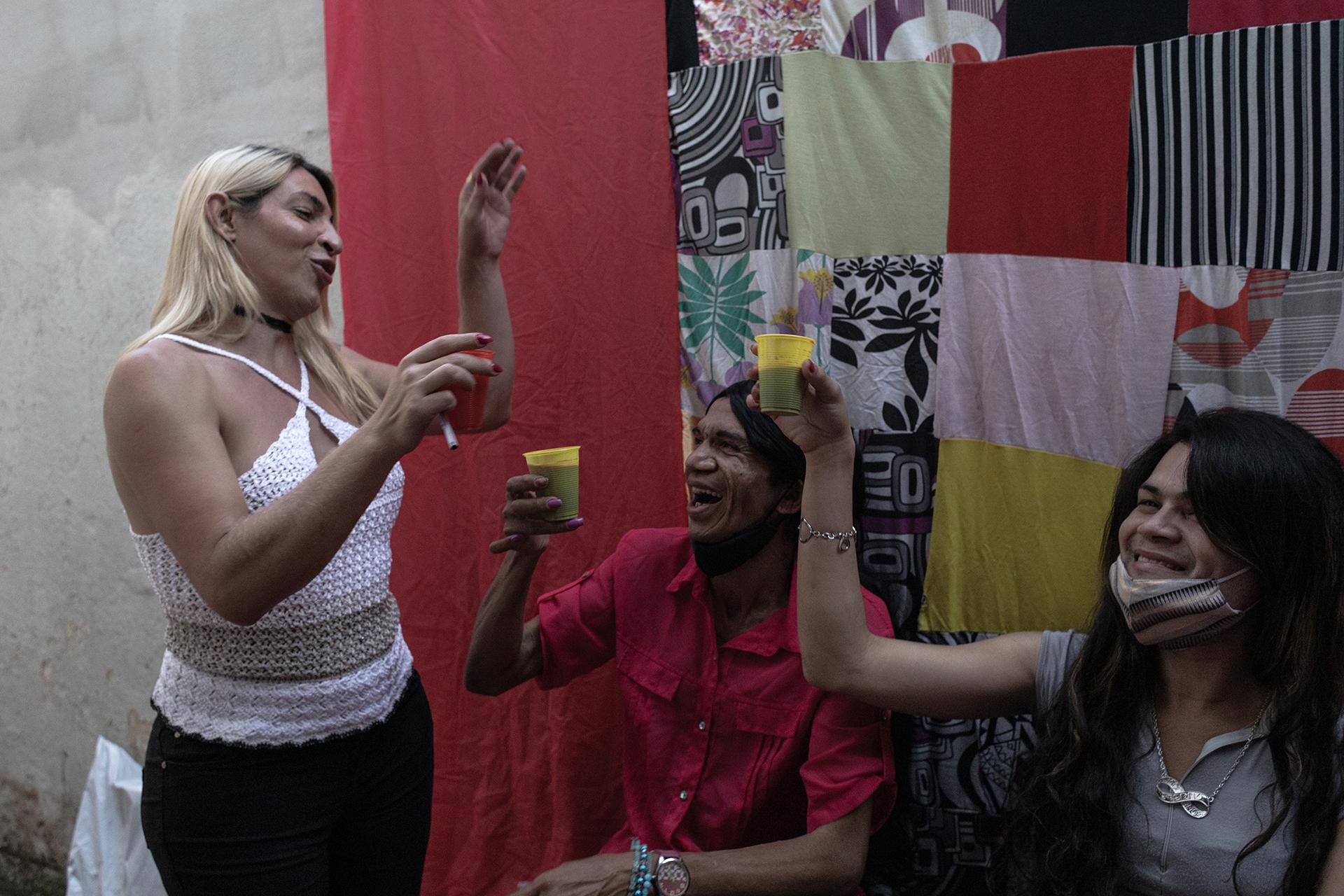 Aline, Paula e Carla brindam o encerramento do Projeto Transgressoras.