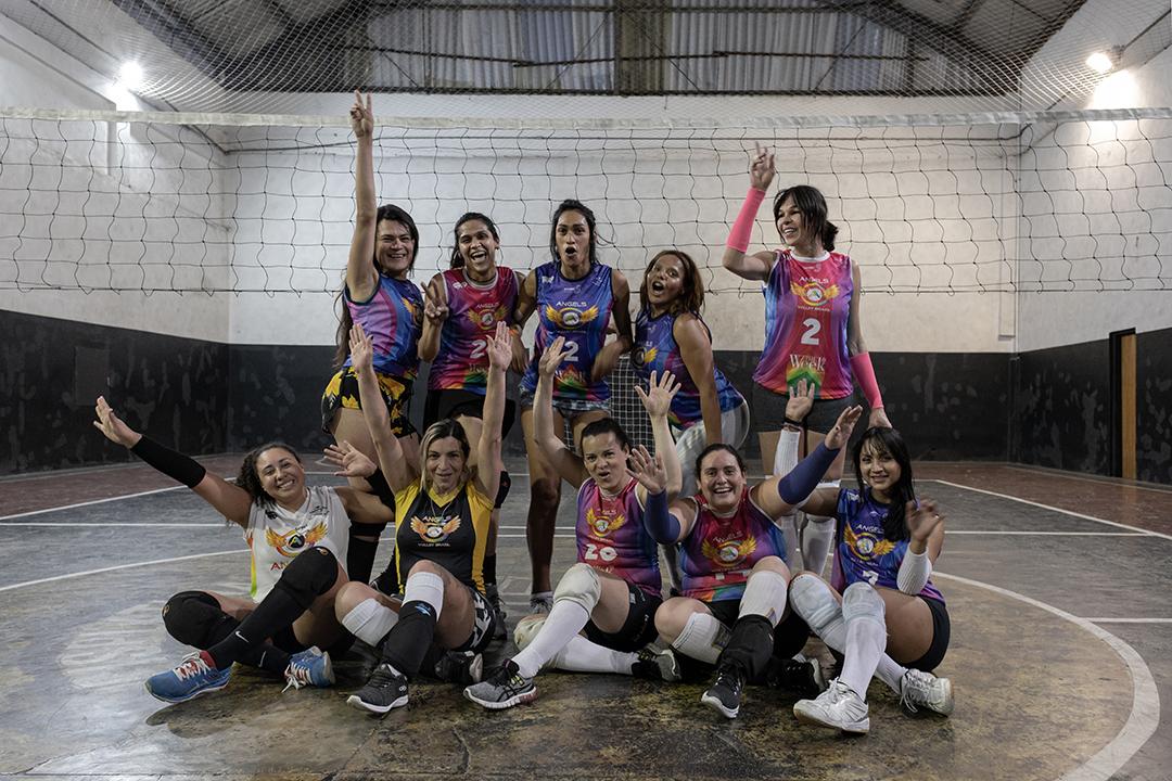 """Parte das jogadoras do time Angels Volley Brazil posa para retrato. """"O intuito do projeto é conscientizar que esporte é um direito básico e constitucional, ou seja, para todes. Além disso, queremos mostrar que, com inclusão e diversidade, o mundo só cresce e melhora, que o esporte é um fenômeno socioeducativo capaz de transformar e salvar vidas. A nossa luta é dentro e fora das quadras!"""", comenta Willy sobre o propósito do projeto."""