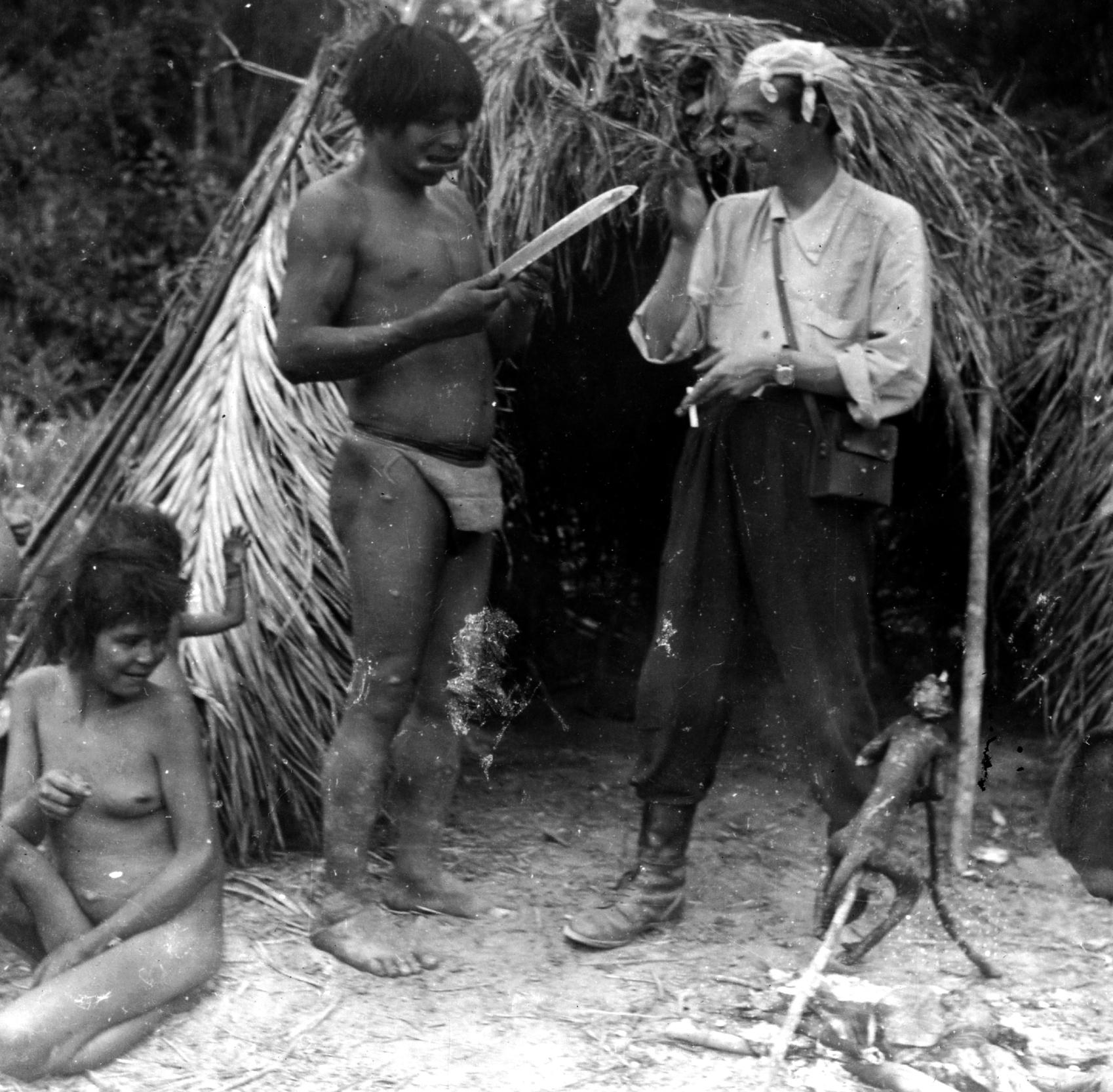Indígena Xetá(Mã) e equipe das expedições científicas. 2º expedição científica e de contato, novembro de 1955
