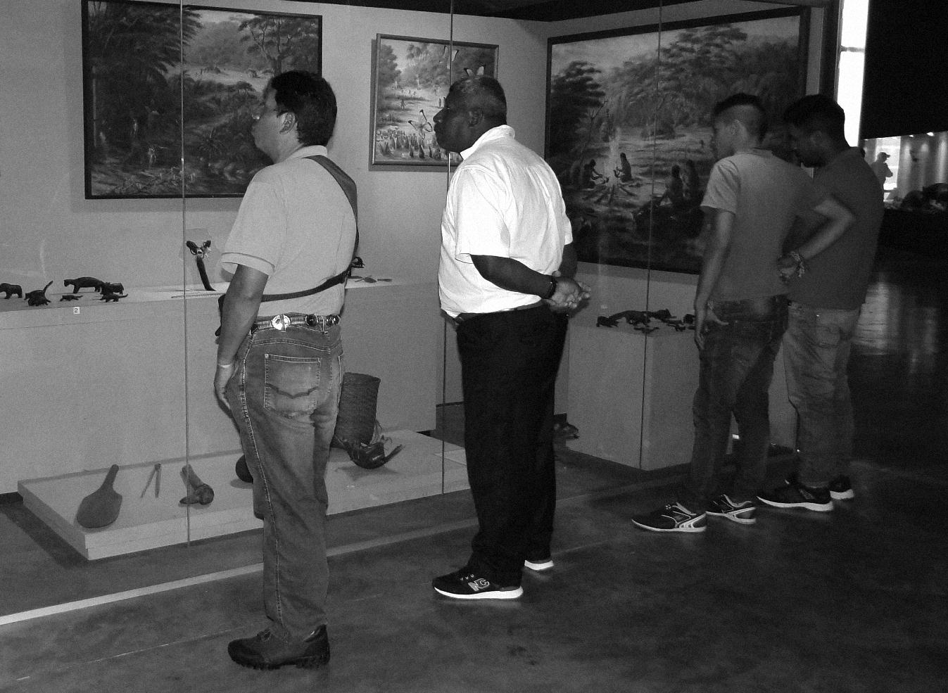 Os irmãos Claudemir e Dival, filhos de Tikuein, em exposição sobre os Xetá no MUPA