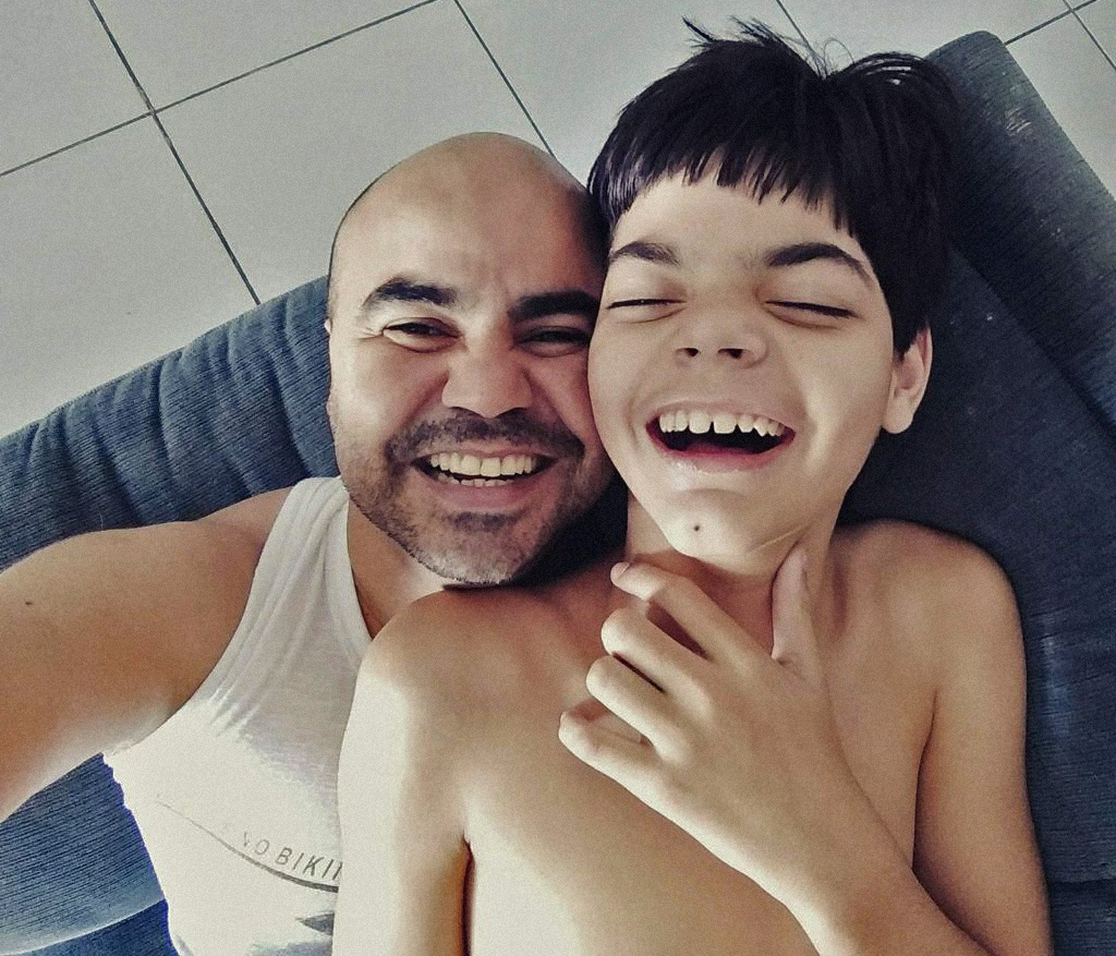 Luciano Lima, um dos fundadores da Abrace Esperança e seu filho Alcir Luan, portador da síndrome Lennox-Gastaut, tipo raro de epilepsia