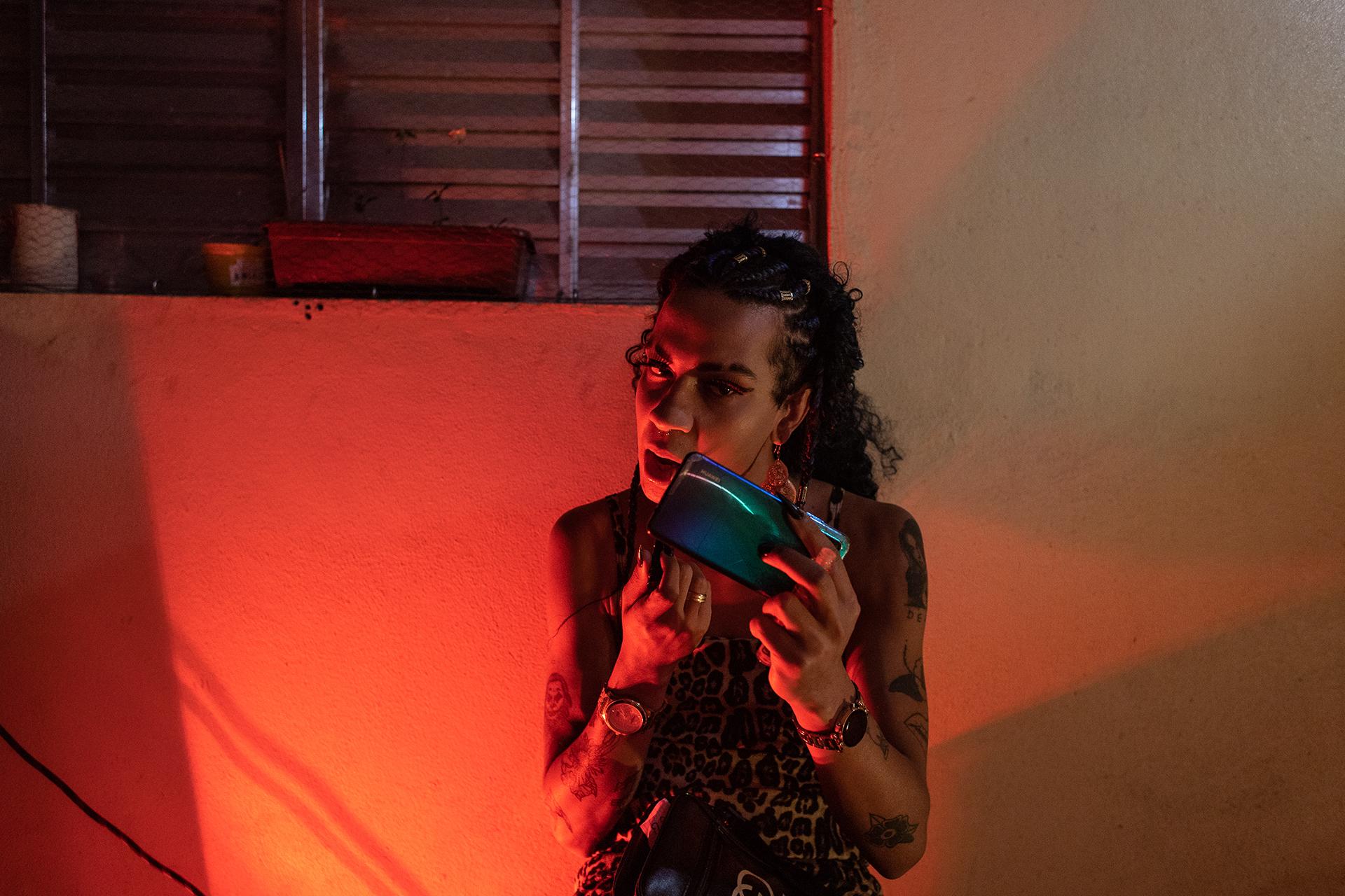 Bárbara passa batom durante comemoração do projeto Transgressoras na zona norte de São Paulo. Bárbara trabalhou como assistente de vídeo em uma das produções do coletivo Cia dxs Terroristas.