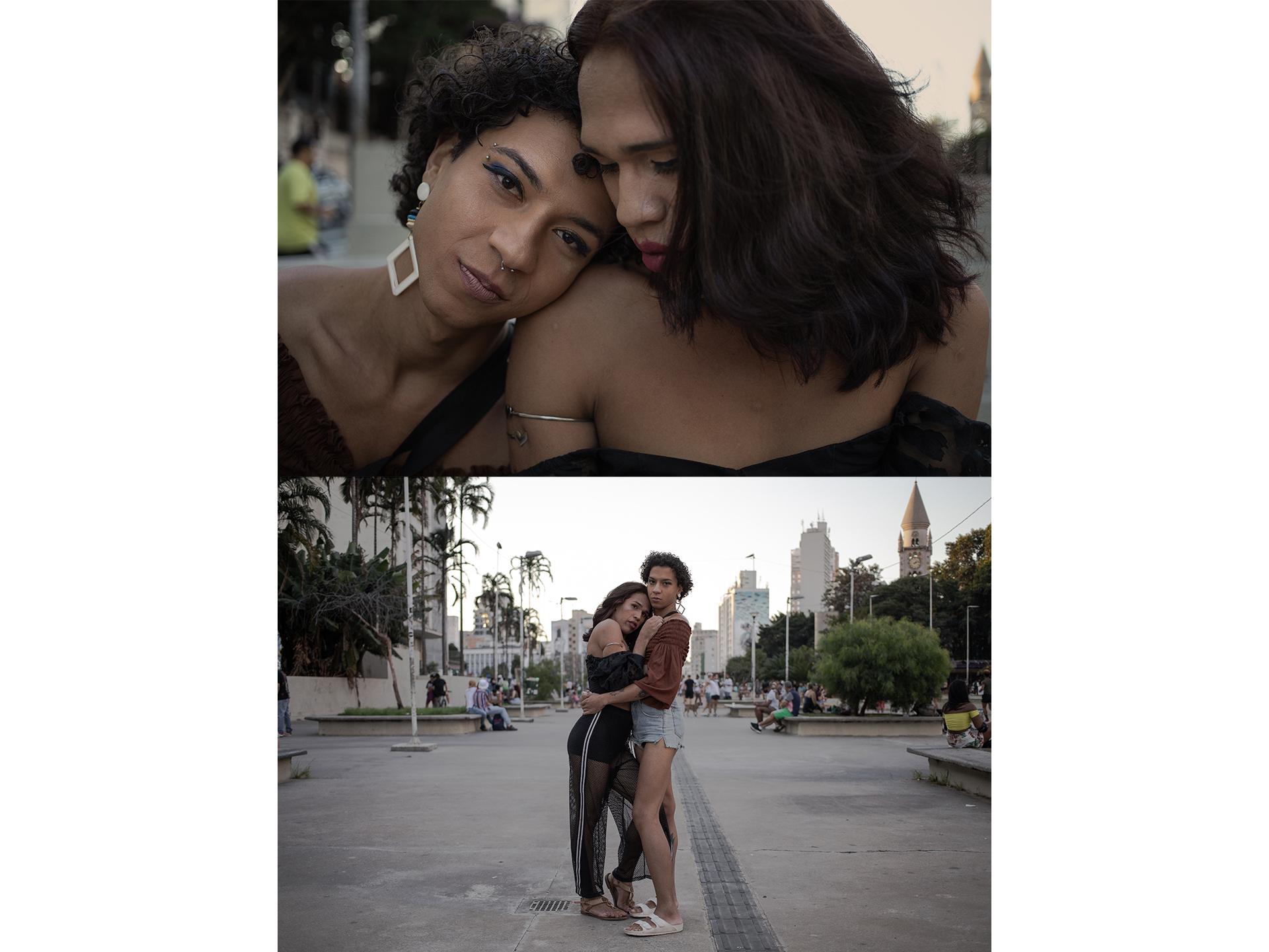 Bárbara (22) e Mirella Santos (22) posam para retrato durante passeio na Praça Roosevelt. Mirella teve sua primeira relação lésbica com Bárbara, antes do relacionamento ela só tinha se relacionado com homens.